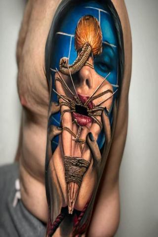 Tatuaże męskie na ramieniu wzór twarz