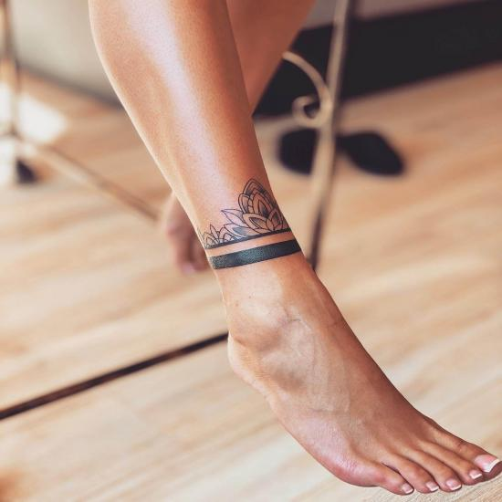 Damski tatuaż na nodze