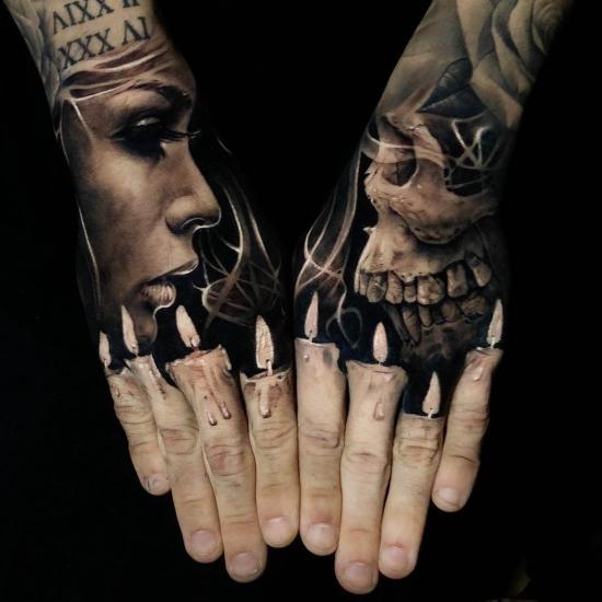 Męski tatuaż na palcach dłoni świece