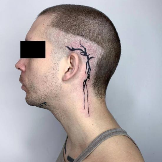 Męski tatuaż za uchem
