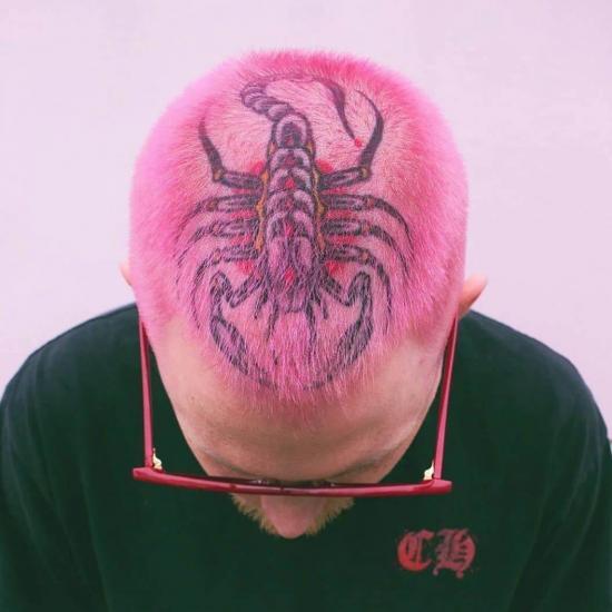 Na głowie kolorowy tatuaż