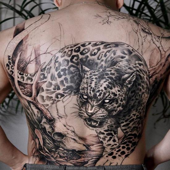 Tatuaż jaguar na plecach