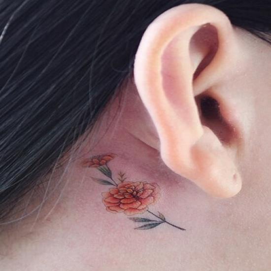 Tatuaż kwiatek za uchem