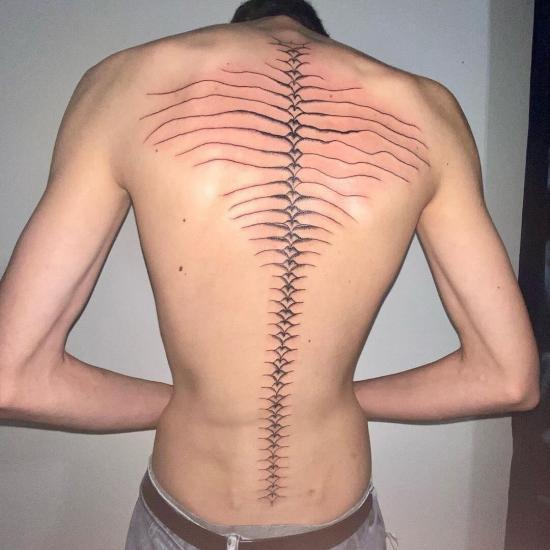 Tatuaż na kręgosłupie męski