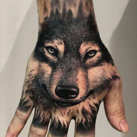 Tatuaż wilk na dłoni