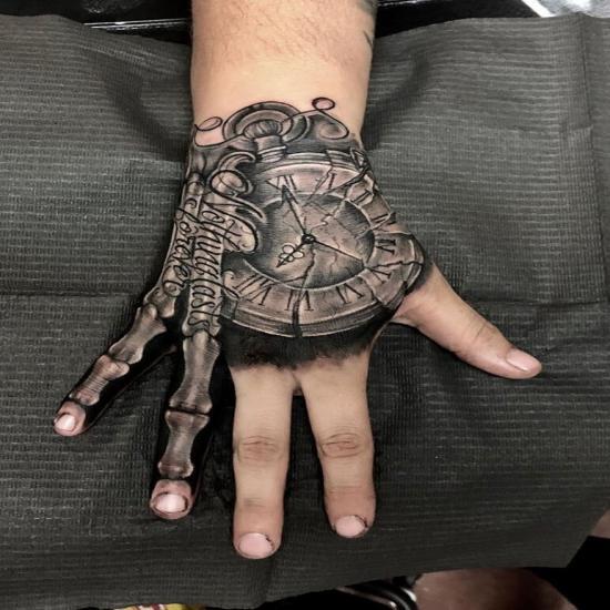 Zegar tatuaż na dłoni