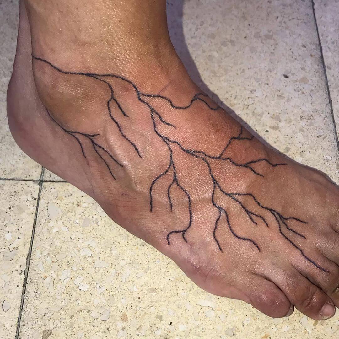 Korzenie tatuaż na stopie