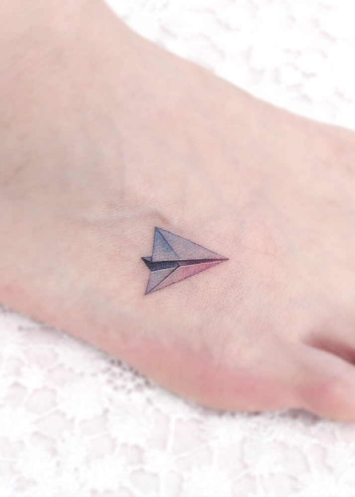 Samolocik tatuaż na stopie