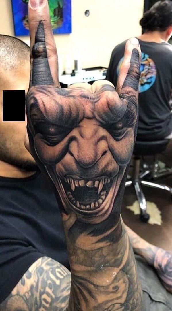 Tatuaż diabeł na dłoni