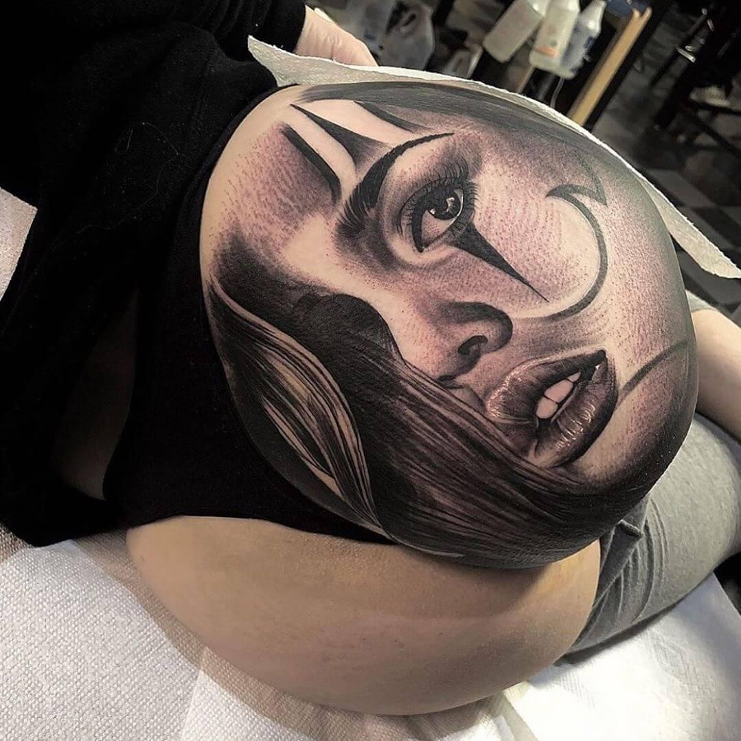 Tatuaż na pośladku twarz